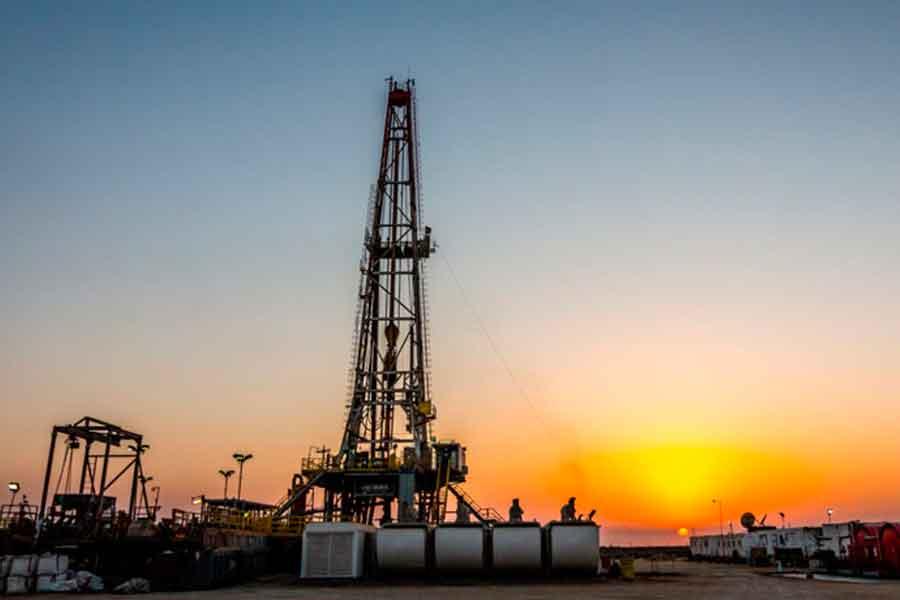 Torre de extracción petrolera por fracking